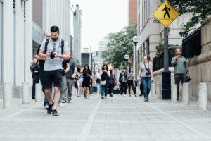 Gyalogos balesetek egyszerű séta közben is előfordulhatnak. Annak is járhat kártérítés, aki az út, vagy egy épület hibájából sérül meg.