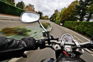 A közlekedési balesetben vétlen motorosnak is kártérítés jár, ha baleset vétlen részesévé válik.